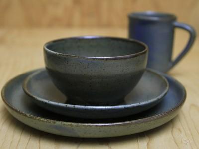 Ensemble comprenant assiette à diner, assiette à pain, bol et mug, modèle 2002-V